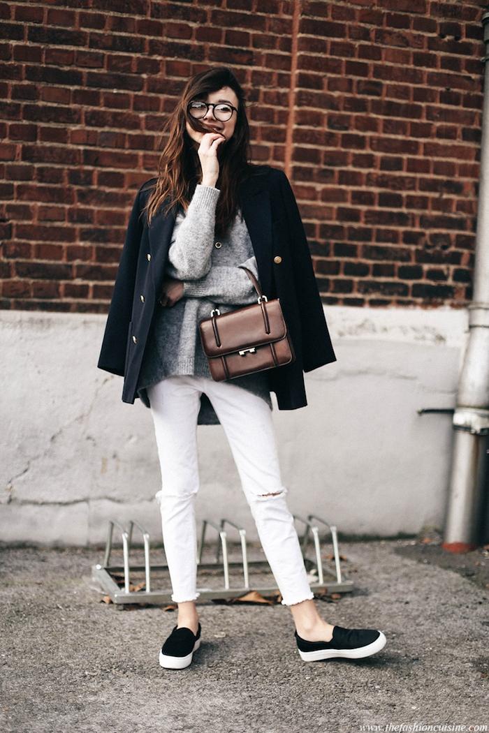 strickkleider herbst 2017, sportlich-eleganter alltags-outfit, weiße hose mit grauer bluse und schwarzem mantel