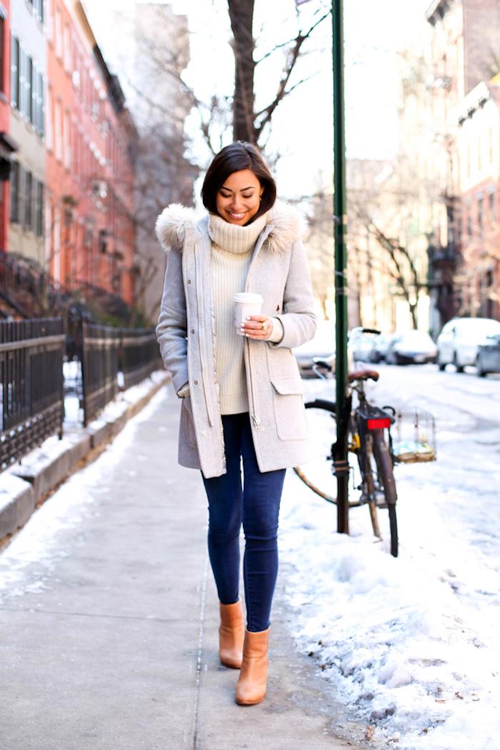 strickkleider herbst 2017, frauenmode, weiße winterjacke mit fell, creme pulli mit dunkelblauen jeans