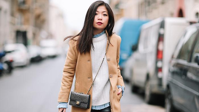 strickkleider herbst 2017, weiße getrickte bluse mit hellblauem hemd, schwarze schulterllange haare