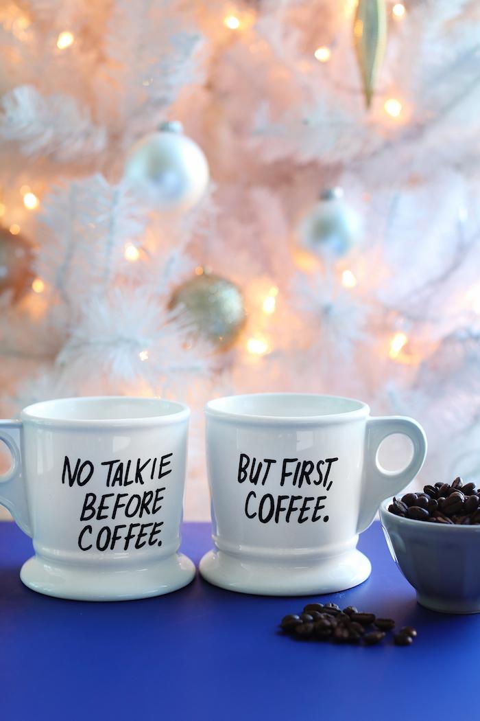 Weiße Porzellantassen mit lustigen Aufschriften, No talkie before coffee