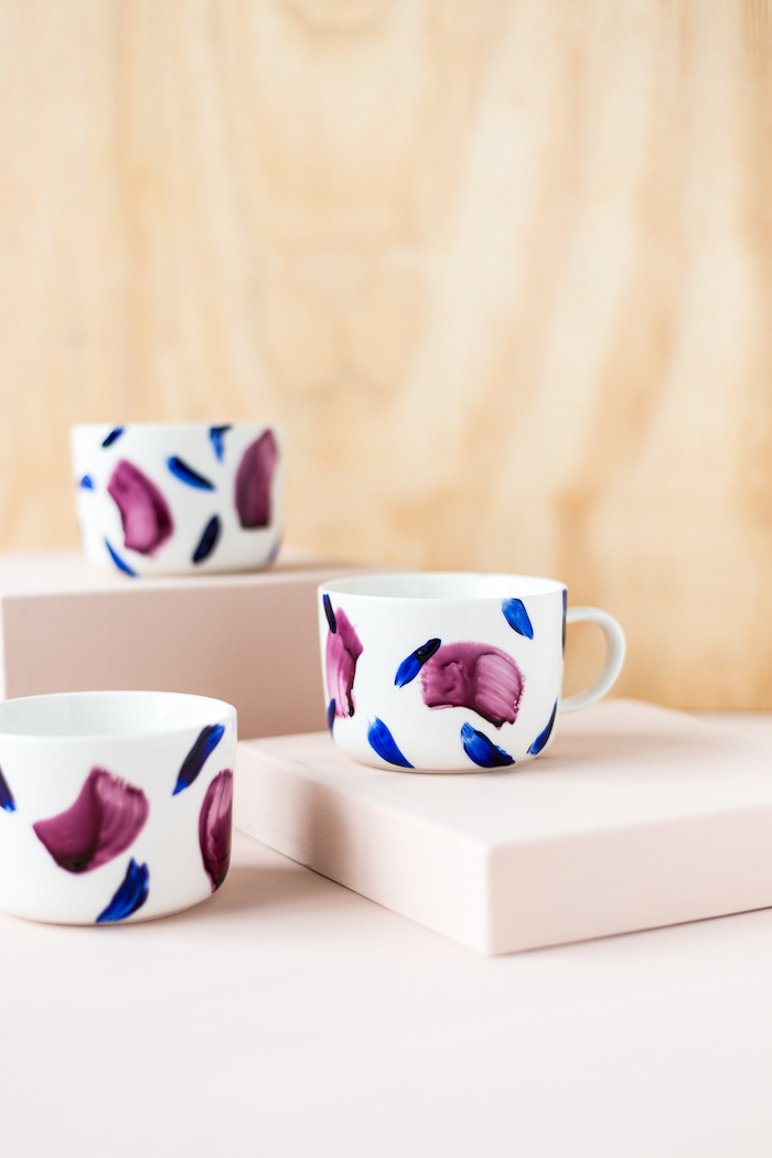 Weiße Porzellantassen mit lila und blauer Porzellanfarbe bemalen, einfache DIY Idee