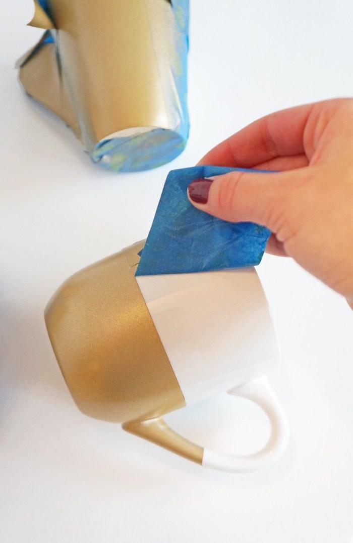 Goldene Tassen selber machen, Schritt Drei, das Klebeband entfernen