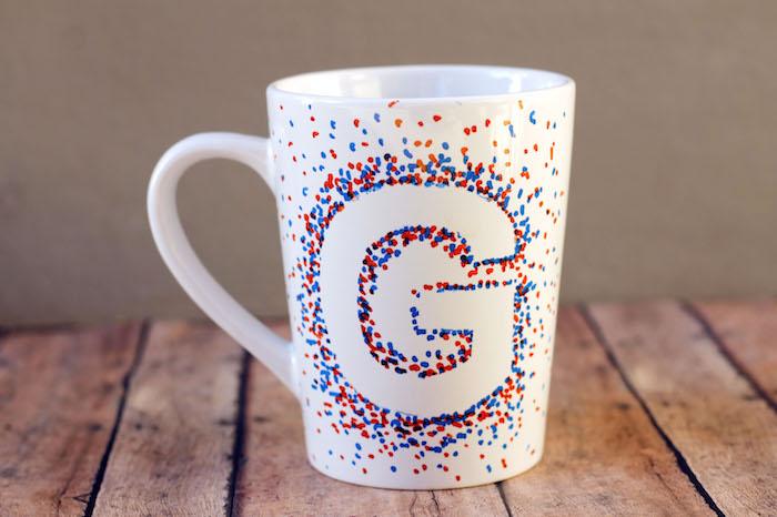 Weiße Porzellantasse mit einem Buchstaben, so sieht die fertige Tasse aus