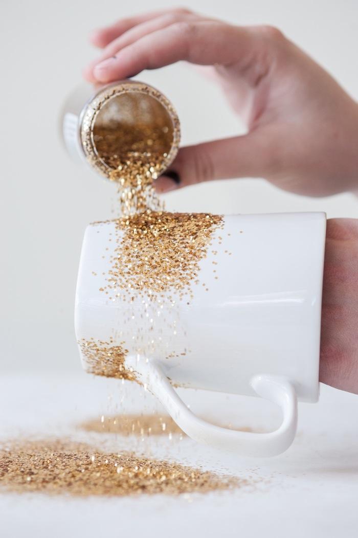 Ausführliche Anleitung, wie Sie funkelnde Tassen selbst gestalten, Schritt Zwei, mit goldenem Glitzer besprühen