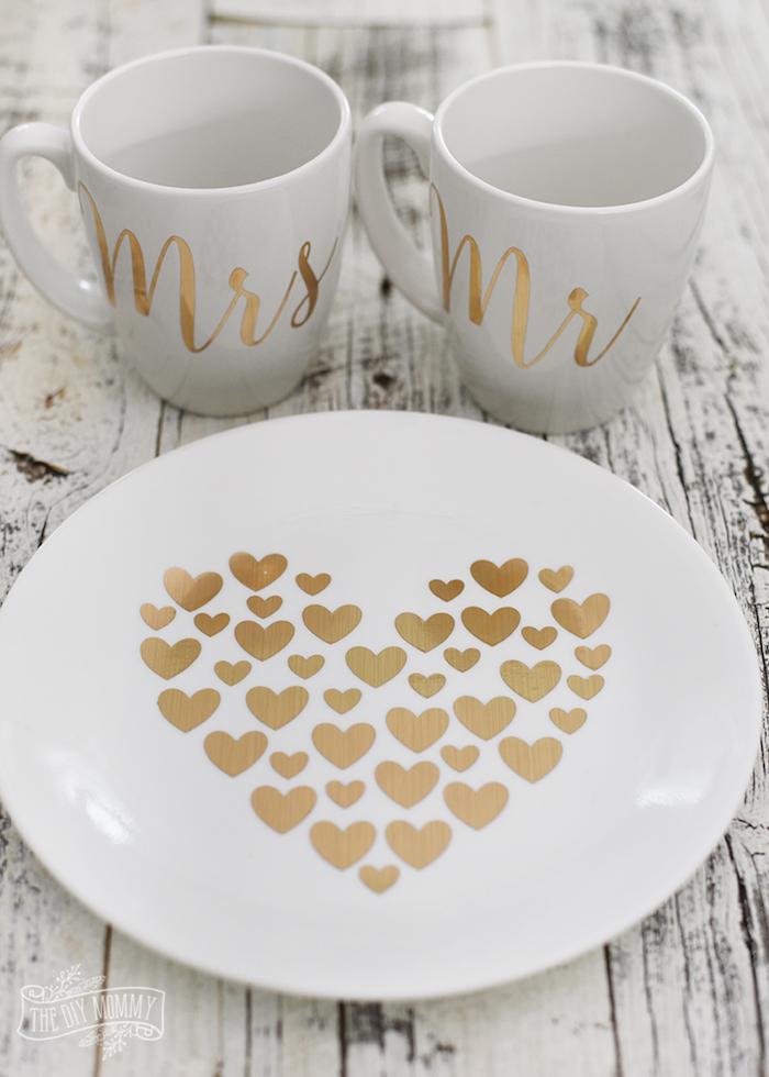 Tassen für sie und für ihn, Teller mit einem großen Herzen, goldene Applikationen