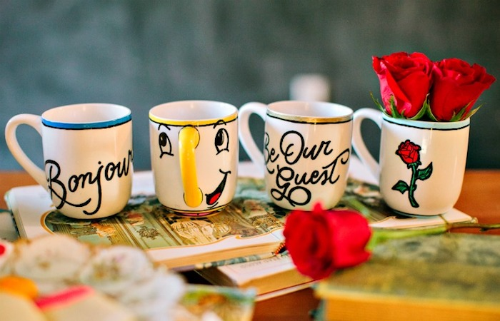 """Süße Tassen mit Motiven aus """"Die Schöne und das Biest"""", Chip und die rote Rose"""