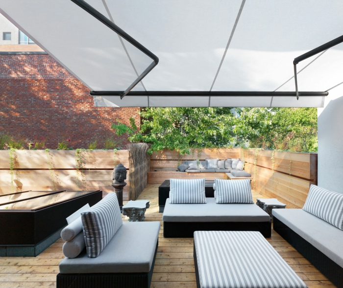 eine private Terrasse, gestreiften Terrassenmöbeln, Terrasse Gestaltungsmöglichkeiten