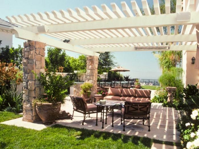 Pergola aus Holy mit Balken aus Stein, braune Loungemöbel, Terrasse planen