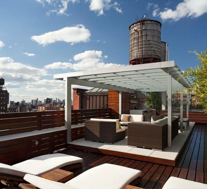 eine herrliche Terrasse, Rattan Liegestühlen und Sofas, Terrasse planen