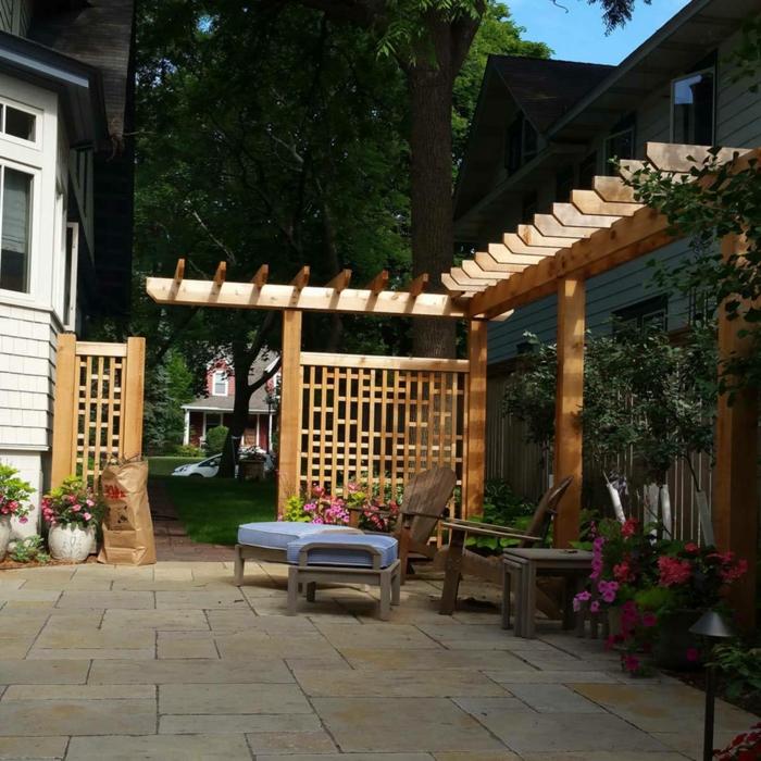 Sichtschutz aus Holz, hölzerne Sessel und Hocker, Bodenbelag aus Fliesen, Terrasse planen