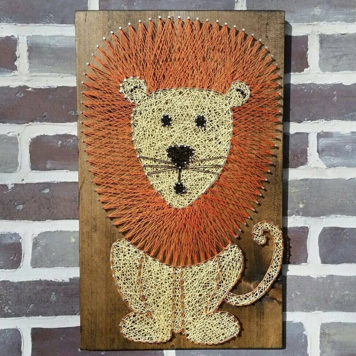 ein Löwen Fadengrafik Vorlage, eine neugierige Löwenfigur mit oranger Mähne
