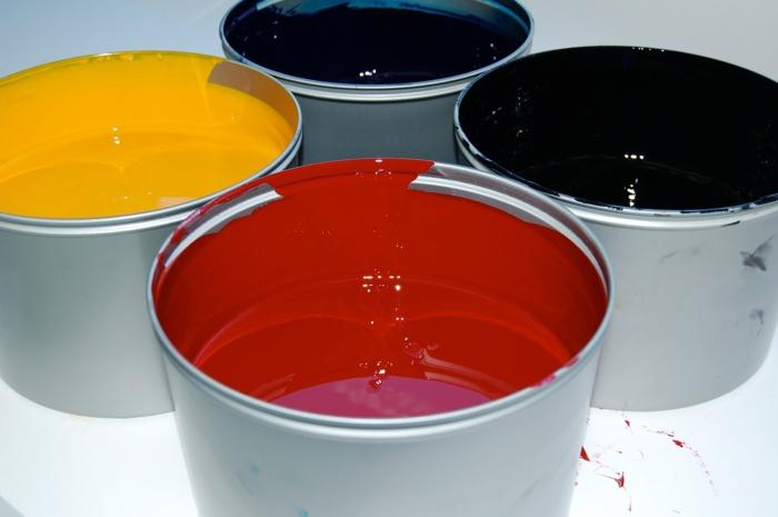 vier Farben von Tinte - gelb, blau, rot und schwarz