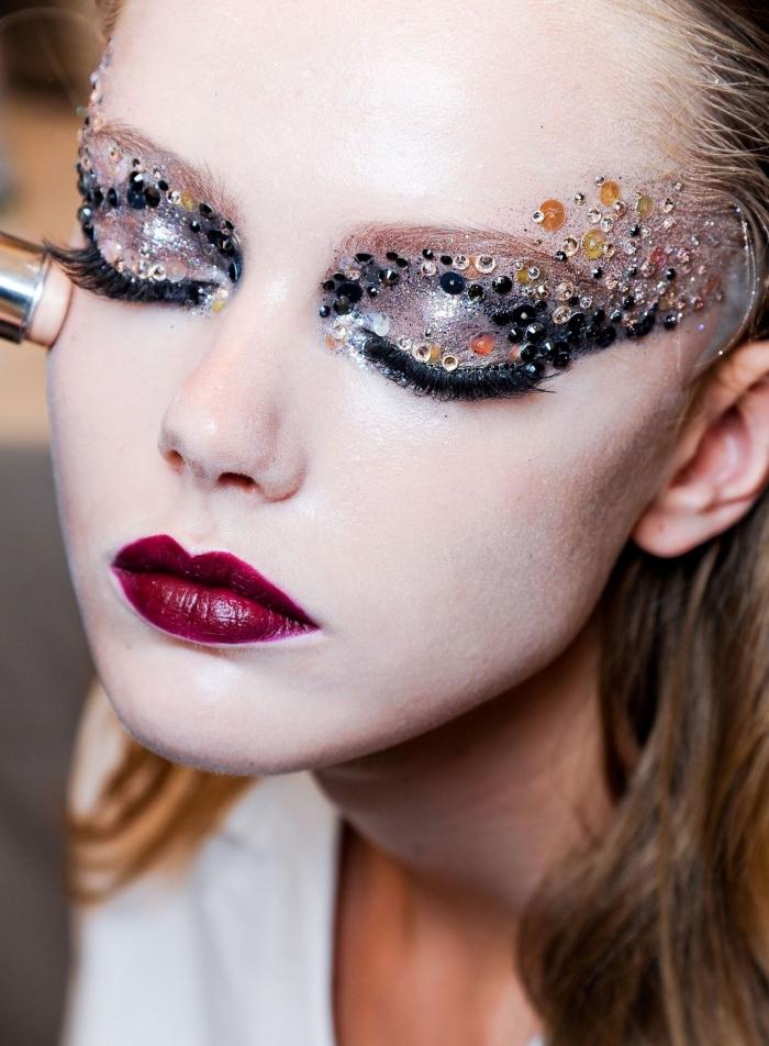 dunkle nuancen vom lippenstift rot glänzende augenmakeup ideen deko auf dem gesucht model fashion show