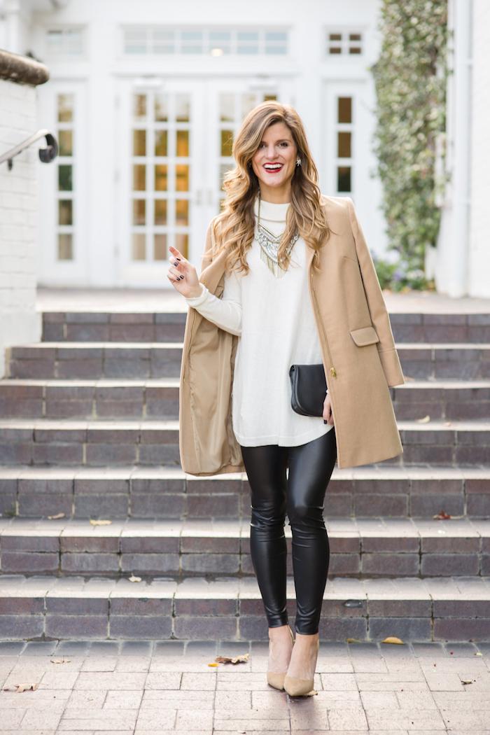 trendfarben herbst winter 2017 18, lange weiße bluse mit schwarzen leggings und beige mantel