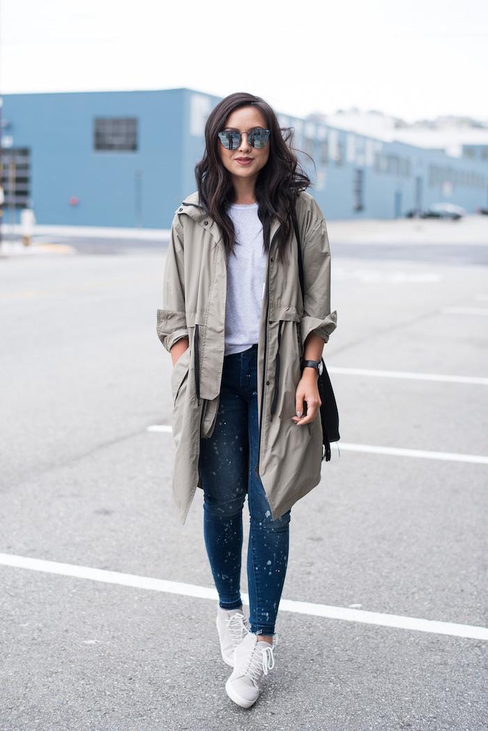 trendfarben herbst winter 2017 18, sportlicher alltags-outfit, graue winterjacke, weiße sportschuhe, spiegelbrille