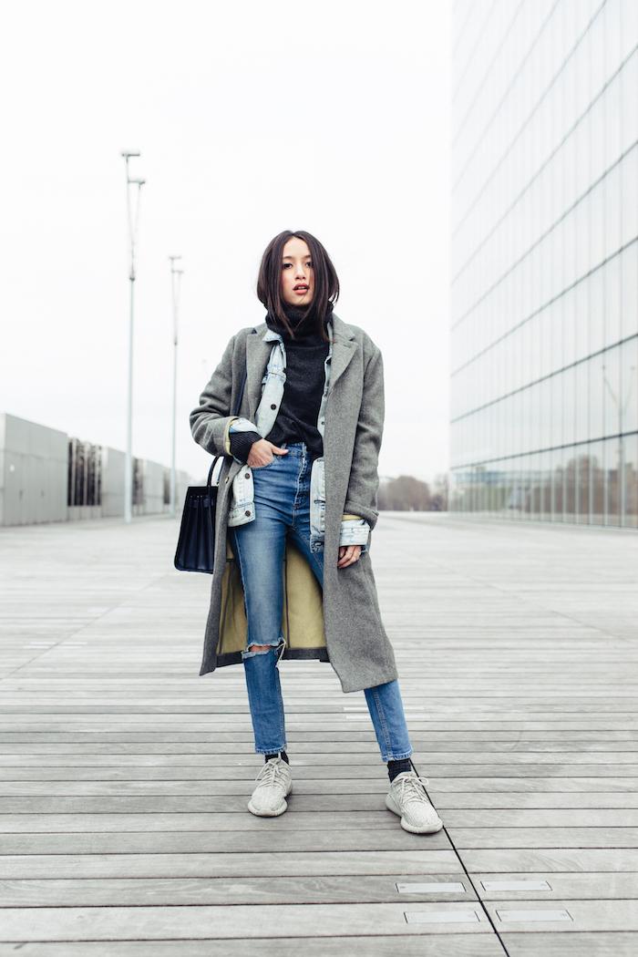 trendfarben herbst winter 2017 18, sportlicher alltags-outfit, jeans mit schwarzer bluse, grauer mantel