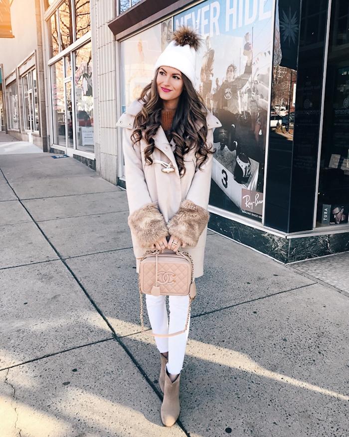 trendfarben herbst winter 2017 18, creme mantel mit fell, frisur mit locken, alltags-outfit für den winter