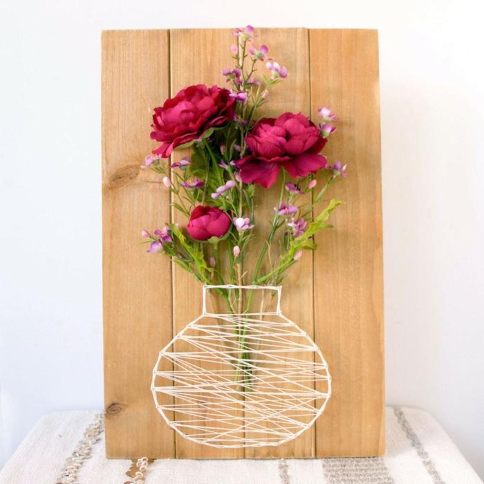 eine weiße Vase mit rote Rosen und lila Blümchen, Fadengrafik Vorlage zur Vase