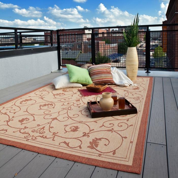 ein romantischer Ausflug auf die Terrasse, bunte Kissen und ein Teppich, Terrasse planen