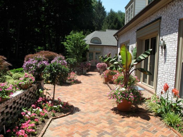 ein Bodenbelag aus Fliesen, viele bunte Pflanzen, Terrasse planen