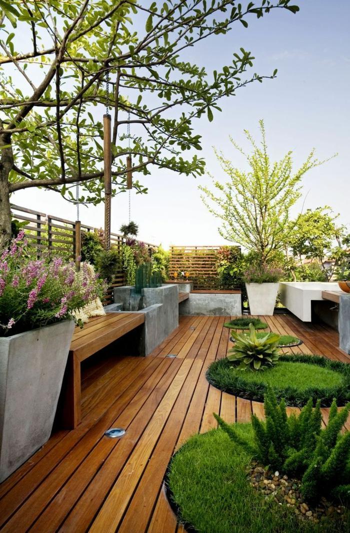 Terrassendiele in brauner Farbe, verschiedene Pflanzen für Terrassem ein Sichtschutz aus Holz