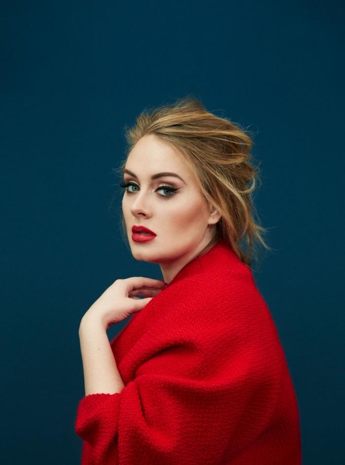 make up mit rotem lippenstift dunkelrot auf den lippen von adele, roter mantel, augen make up, schminke, golden braune haare