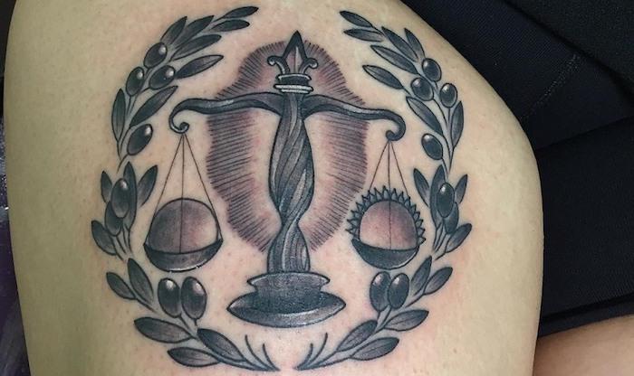 waage tattoo idee aus griechenland einen kranz rund um die waage und oliven symbole für reichtung und schönheit
