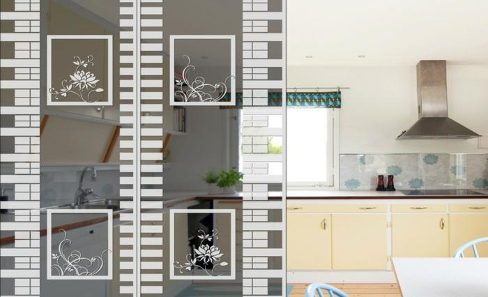 weiße Raumteiler Trennwand - vier kleine weiße Bilder von Blumen, Küche und Esszimmer geteilt