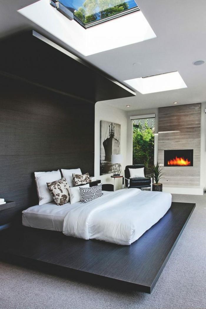 ein gemütliches Schlafzimmer mit Kamin, weiße Matratze und weiße Bettwäsche