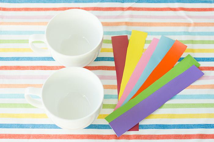 Bunte Porzellantassen selber machen, dazu brauchen Sie zwei weiße Tassen und bunte Sticker