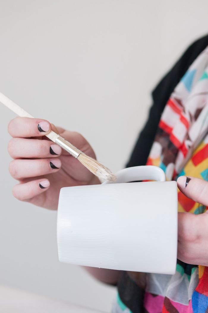 Funkelnde Tassen selber machen, Schritt Eins, mithilfe eines Pinsels Kleber auftragen