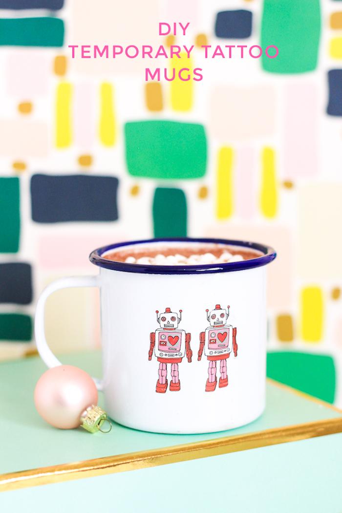 Tassen mit lustigen Motiven selbst gestalten, Klebetattoos Roboter auf weißem Grund