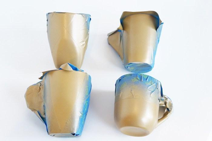 Goldene Tassen selber machen, Schritt Zwei, die weißen Porzellantassen mit goldenem Spray besprühen