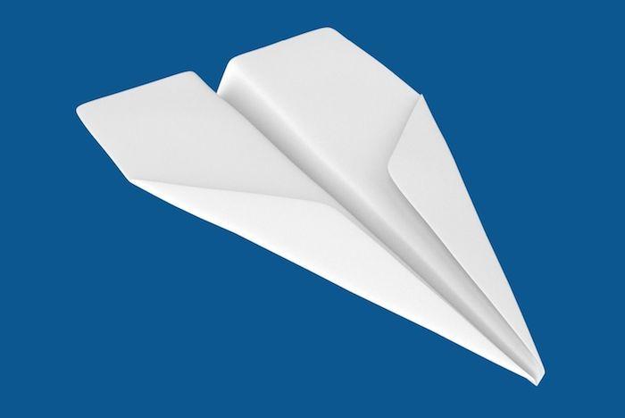 ein blauer himmel und ein großer weißer papierflieger, einen papierflieger selber basteln, bester papierflieger der welt