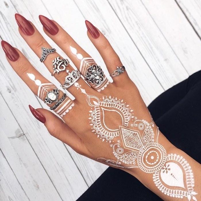 weißes henna, spitze nägel, viele silberne ringe, weißer mehndi am hand