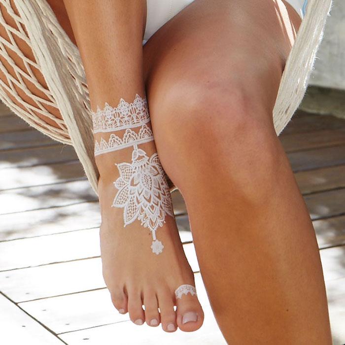 weißes henna, temporäre tätowierung am fuß, mehndi mit lotus-motiv