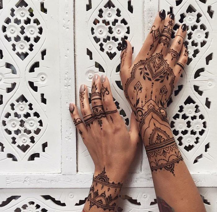 wie lange hält henna, frau mit detaillierten indischen tattoos an den armen, mehndi