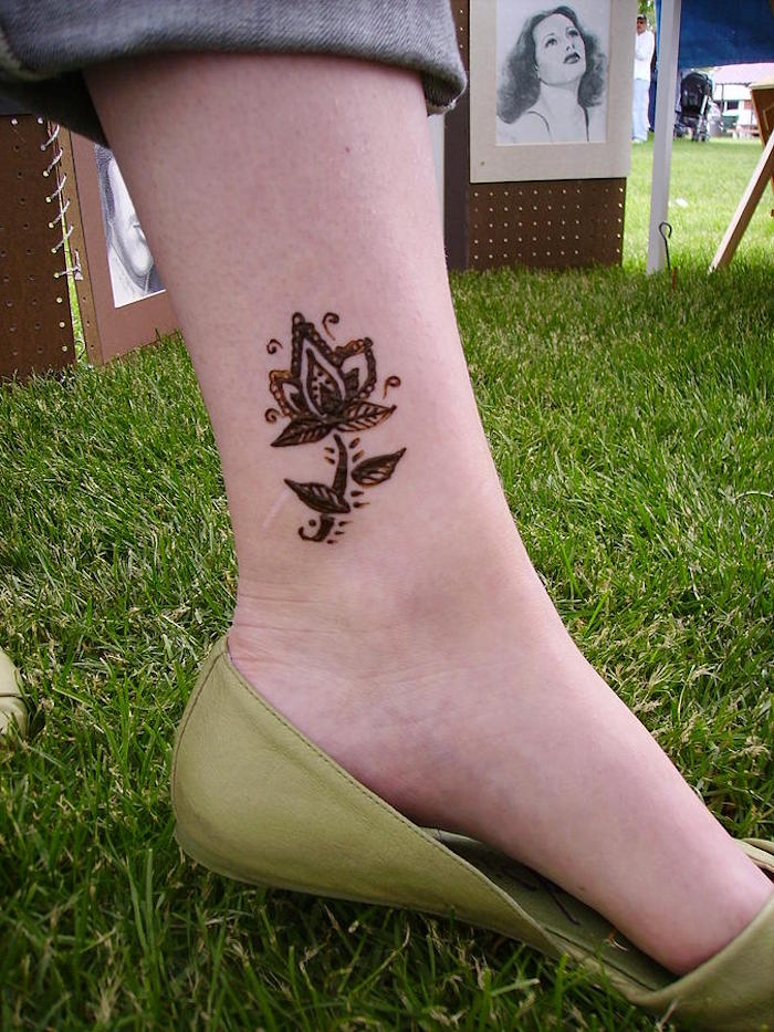 wie lange hält henna, kleines temporäres tattoo am bein, tätowierung mit lotus-motiv