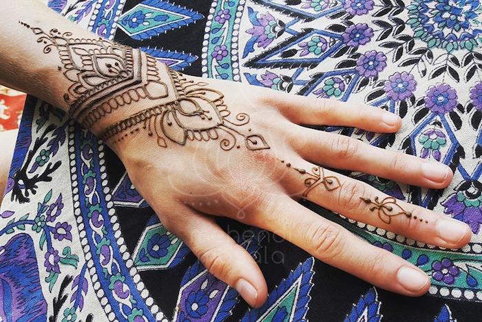 wie lange hält henna, kleines temporäres tattoo am unterarm, braunes henna, mehndi muster