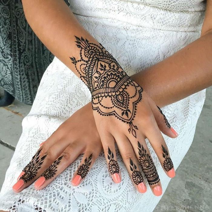wie lange hält henna, rosa nagellack, sommerkleid mit spitze, tattoos mit schwarzem henna, arme verzieren