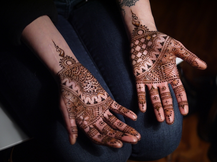 wie lange hält henna, traditionelle indische tätoweirungen an den händen, hände mit henna verzieren