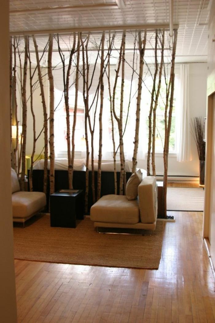 Birkstamdeko als Raumteiler Trennwand, zwei Sessel und ein Tisch