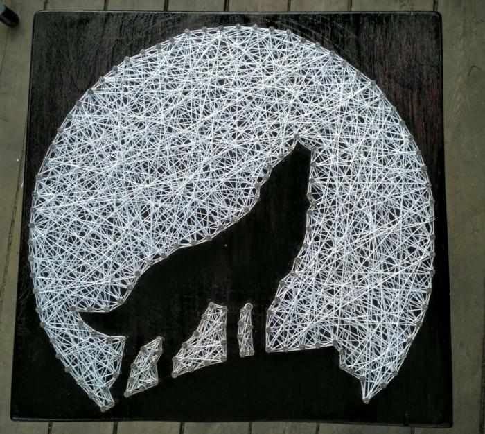 der Mond ist weiß und groß und ein Wolf als Schattenbild heult, Fadengrafik Vorlage