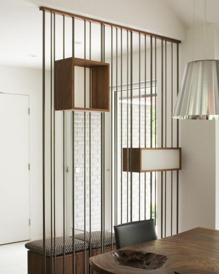 Gitter Raumteiler Trennwand in shwarzer Farbe mit zwei Regalen aus Holz