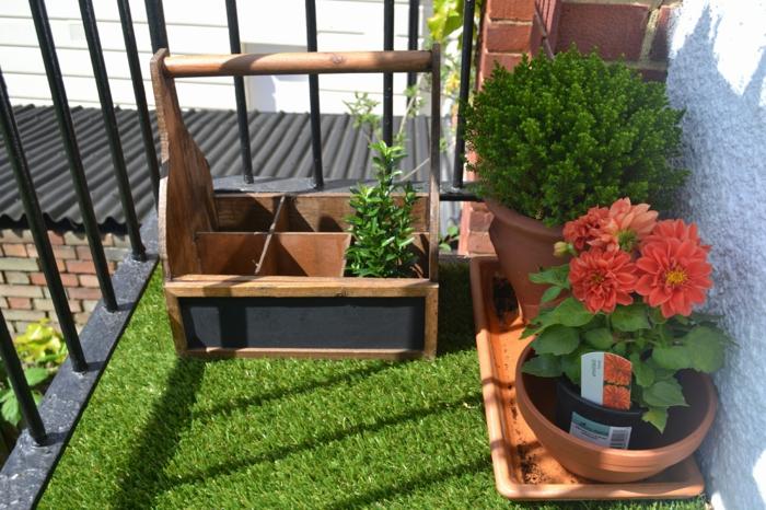 eine kleine Terrasse mit Rasen und zwei Blimentöpfen, Pflanzen für Terrasse
