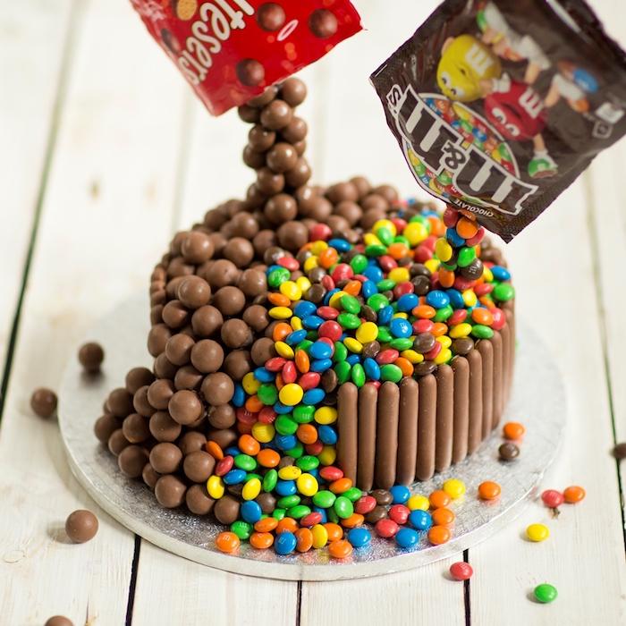 kinderriegel torte selber machen, geburtstagstorte dekoriert mit bonbons und schokoladenriegeln