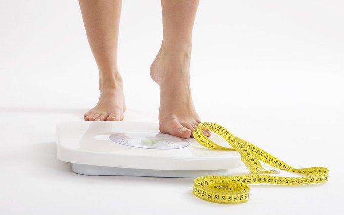 frühstücksideen gesund, frauenfüße, metermaß, gewicht messen, rezepte zum abnehmen