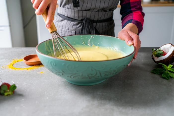 gesundes frühstück zum abenhmen, zutaten mischen, roti jala pfannkuchen