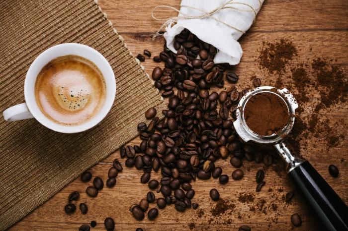 abnehmen tipps früh am morgen eine tasse kaffee aktiviert den organismus und wirkt erfrischen kaffeebohnen