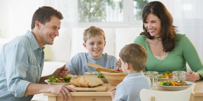 abnehmen tipps ideen für eltern sorgen sie für die gesunden gewohnheiten der kinder die familie ernährt sich gesund und zufrieden zusammen